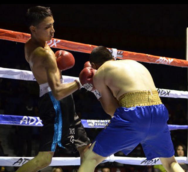 "Saul ""Babe"" Hernandez is shown unloading a solid right cross to the head of Jose Toribio. Photo: Renzo Novara of Boxeo Tijuana.com"
