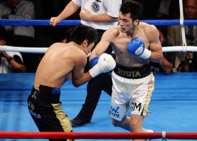 Ryota Murata (R) of Japan punches Akio Shibata (L) of Japan during his debut match as a professional boxer at Ariake Colosseum in Tokyo. Photo: Atsushi Tomura/Getty Images