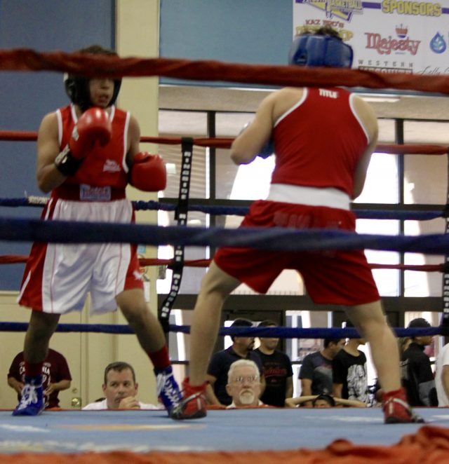 The final bout of the day was between Moses Ortiz (red gloves) and Alejandro Casnarez (blue gloves).
