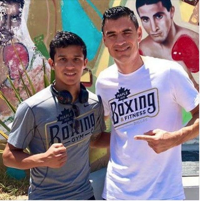 In the same block as the Commissioner's office is a wall mural of some of the most famous Mexican boxers. The visitors from Dallas, Texas, decided to have their photo taken in fron of the popular mural.